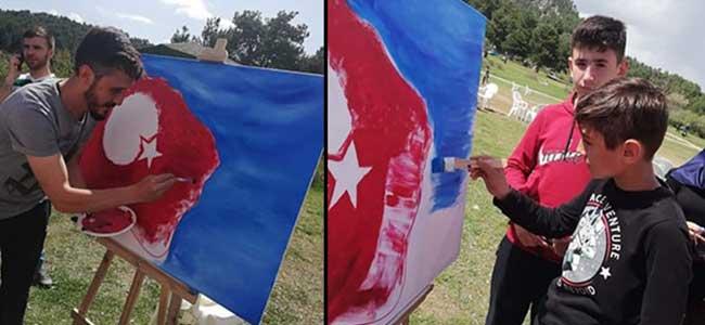 300 Kişi Türk Bayrağı Yaptı